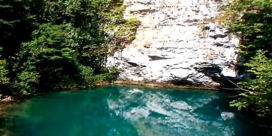 Миниатюрное озеро с ярко-голубой водой