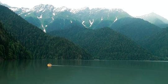 Вокруг озера высятся братья-великаны