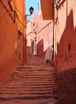 Обычно между домами соседей устраивали крытую лестницу