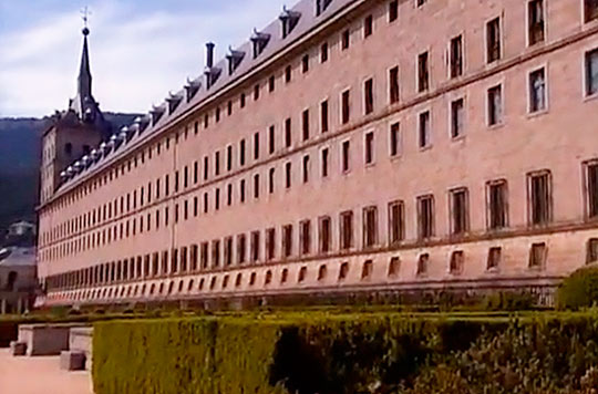 Дворец Эскориал похож на крепость