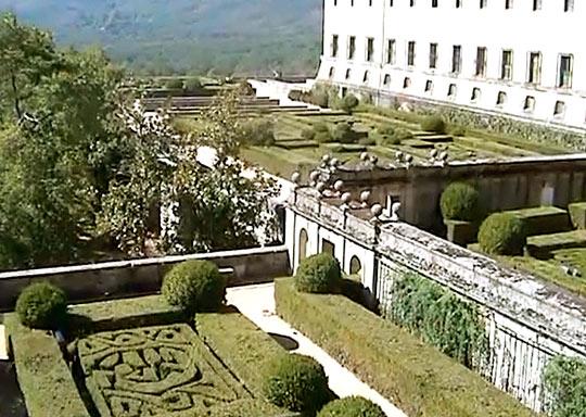 Оживляют вид монастыря красивые внутренние дворики