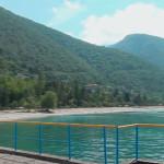 Горы, окружающие озеро Рица