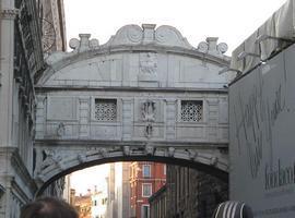 Венеция - поцелуй под мостом Вздохов