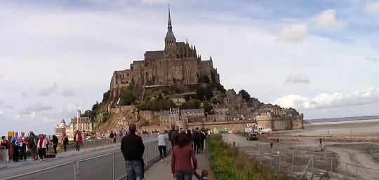 Люди идут в монастырь по дороге, называемой «Путь рая»