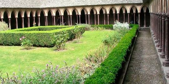 Чудо аббатства Мон Сен Мишель – Монастырский дворик