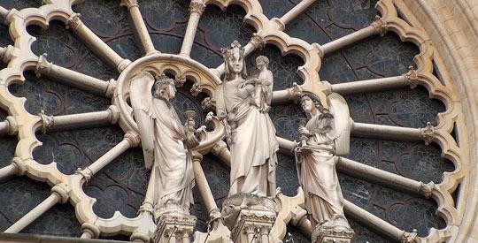 Богоматерь с двумя ангелами расположена в центре основного витража-розы
