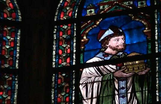Часть оригинальных витражей в Соборе заменена стеклом