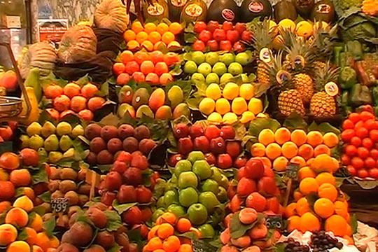 Огромный выбор ягод, фруктов и овощей на рынке Боккерия