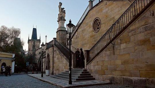 В стиле барокко возвышаются на Карловом мосту 30 скульптур