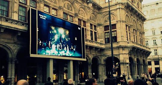 Онлайн-экран возле Венской оперы